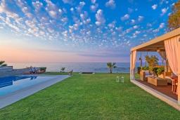 Территория. Греция, Сталида : Роскошная пляжная вилла с бассейном и зеленым двориком с барбекю, 4 спальни, 3 ванные комнаты, парковка, Wi-Fi