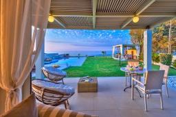 Патио. Греция, Сталида : Роскошная пляжная вилла с бассейном и зеленым двориком с барбекю, 4 спальни, 3 ванные комнаты, парковка, Wi-Fi