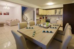 Обеденная зона. Греция, Иерапетра : Прекрасная вилла с бассейном и зеленым двориком, 4 спальни, 4 ванные комнаты, парковка, Wi-Fi