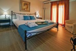 Спальня. Греция, Иерапетра : Прекрасная вилла с бассейном и зеленым двориком, 4 спальни, 4 ванные комнаты, парковка, Wi-Fi
