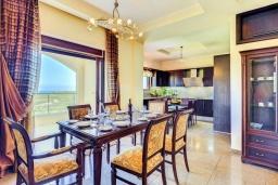 Кухня. Греция, Георгиуполис : Роскошная вилла с бассейном и зеленым двориком, 4 спальни, 2 ванные комнаты, парковка, Wi-Fi
