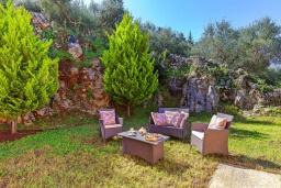 Территория. Греция, Георгиуполис : Роскошная вилла с бассейном и зеленым двориком, 4 спальни, 2 ванные комнаты, парковка, Wi-Fi