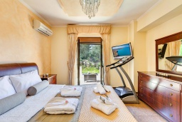 Спальня. Греция, Георгиуполис : Роскошная вилла с бассейном и зеленым двориком, 4 спальни, 2 ванные комнаты, парковка, Wi-Fi