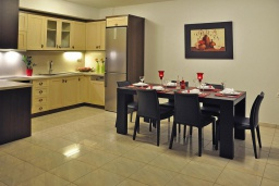 Кухня. Греция, Иерапетра : Прекрасная вилла с бассейном и зеленым двориком, 4 спальни, 4 ванные комнаты, парковка, Wi-Fi