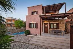 Фасад дома. Греция, Иерапетра : Прекрасная вилла с бассейном и зеленым двориком, 4 спальни, 4 ванные комнаты, парковка, Wi-Fi