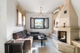 Гостиная. Греция, Иерапетра : Прекрасная вилла с бассейном и зеленым двориком, 5 спален, 4 ванные комнаты, парковка, Wi-Fi