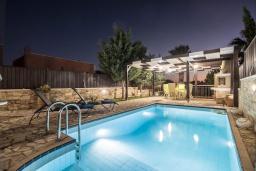 Бассейн. Греция, Иерапетра : Прекрасная вилла с бассейном и зеленым двориком, 5 спален, 4 ванные комнаты, парковка, Wi-Fi