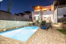 Фасад дома. Греция, Иерапетра : Прекрасная вилла с бассейном и зеленым двориком, 5 спален, 4 ванные комнаты, парковка, Wi-Fi
