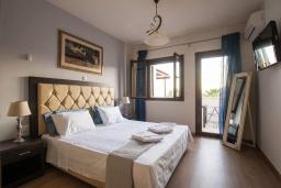 Спальня. Греция, Иерапетра : Прекрасная вилла с бассейном и зеленым двориком, 5 спален, 4 ванные комнаты, парковка, Wi-Fi