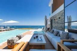 Патио. Греция, Панормо : Роскошная пляжная вилла с большим бассейном и шикарным видом на море, 6 спален, 6 ванных комнат, патио, джакузи, барбекю, парковка, Wi-Fi
