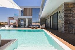 Фасад дома. Греция, Панормо : Роскошная пляжная вилла с большим бассейном и шикарным видом на море, 6 спален, 6 ванных комнат, патио, джакузи, барбекю, парковка, Wi-Fi