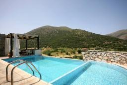 Бассейн. Греция, Георгиуполис : Традиционная вилла с бассейном и зеленым двориком, 6 спален, 3 ванные комнаты, парковка, Wi-Fi