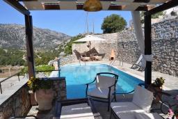 Зона отдыха у бассейна. Греция, Георгиуполис : Традиционная вилла с бассейном и зеленым двориком, 6 спален, 3 ванные комнаты, парковка, Wi-Fi