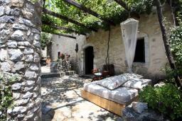 Территория. Греция, Георгиуполис : Традиционная вилла с бассейном и зеленым двориком, 6 спален, 3 ванные комнаты, парковка, Wi-Fi