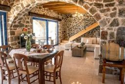 Гостиная. Греция, Элафониси : Современная вилла с бассейном и шикарным видом на море, 3 спальни, 2 ванные комнаты, парковка, Wi-Fi
