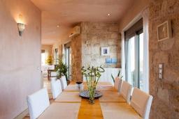 Обеденная зона. Греция, Агия Пелагия : Комплекс из 2-х роскошных вилл с бассейном и шикарным видом на море, 2 гостиные, 4 спальни, 4 ванные комнаты, барбекю, парковка, Wi-Fi