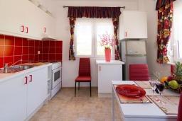 Кухня. Греция, Коккини Хани : Роскошная вилла с бассейном и двориком с барбекю, 3 спальни, 3 ванные комнаты, парковка, Wi-Fi