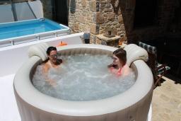 Терраса. Греция, Амудара : Прекрасная вилла с бассейном и джакузи, 2 спальни, барбекю, парковка, Wi-Fi