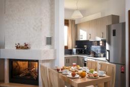 Кухня. Греция, Панормо : Прекрасная вилла с бассейном и видом на море, 2 спальни, 2 ванные комнаты, парковка, Wi-Fi