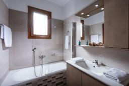 Ванная комната. Греция, Панормо : Прекрасная вилла с бассейном и видом на море, 2 спальни, 2 ванные комнаты, парковка, Wi-Fi