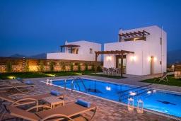 Фасад дома. Греция, Панормо : Прекрасная вилла с бассейном и видом на море, 2 спальни, 2 ванные комнаты, парковка, Wi-Fi