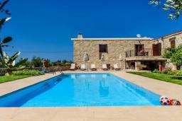 Бассейн. Греция, Панормо : Традиционная каменная вилла с бассейном, барбекю и зеленым двориком, 6 спален, 4 ванные комнаты, парковка, Wi-Fi