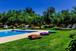 Зона отдыха у бассейна. Греция, Панормо : Традиционная каменная вилла с бассейном, барбекю и зеленым двориком, 6 спален, 4 ванные комнаты, парковка, Wi-Fi
