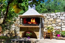 Терраса. Греция, Панормо : Традиционная каменная вилла с бассейном, барбекю и зеленым двориком, 6 спален, 4 ванные комнаты, парковка, Wi-Fi