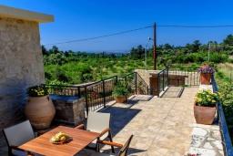 Балкон. Греция, Панормо : Традиционная каменная вилла с бассейном, барбекю и зеленым двориком, 6 спален, 4 ванные комнаты, парковка, Wi-Fi