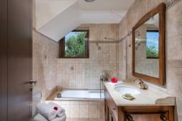 Ванная комната. Греция, Коккини Хани : Прекрасная вилла с бассейном и зеленым двориком, 3 спальни, 2 ванные комнаты, парковка, Wi-Fi
