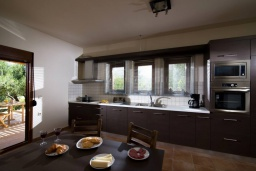 Кухня. Греция, Коккини Хани : Прекрасная вилла с бассейном и зеленым двориком, 3 спальни, 2 ванные комнаты, парковка, Wi-Fi