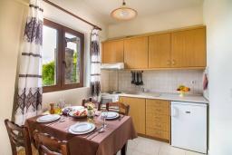 Кухня. Греция, Панормо : Уютная вилла с бассейном и зеленым двориком с барбекю, 1 спальня, парковка, Wi-Fi