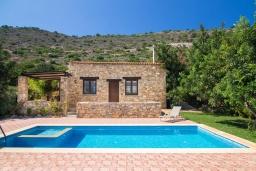 Фасад дома. Греция, Панормо : Уютная вилла с бассейном и зеленым двориком с барбекю, 1 спальня, парковка, Wi-Fi