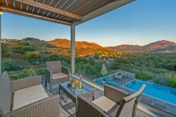 Балкон. Греция, Плакиас : Современная вилла с бассейном и двориком с барбекю, 2 спальни, 2 ванные комнаты, парковка, Wi-Fi