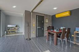 Обеденная зона. Греция, Плакиас : Современная вилла с бассейном и двориком с барбекю, 2 спальни, 2 ванные комнаты, парковка, Wi-Fi