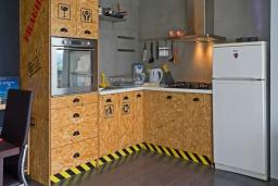 Кухня. Греция, Плакиас : Современная вилла с бассейном и двориком с барбекю, 2 спальни, 2 ванные комнаты, парковка, Wi-Fi