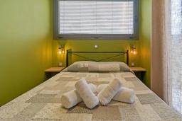 Спальня. Греция, Плакиас : Современная вилла с бассейном и двориком с барбекю, 2 спальни, 2 ванные комнаты, парковка, Wi-Fi
