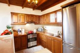 Кухня. Греция, Превели : Прекрасная вилла с бассейном и двориком с барбекю, 2 спальни, 2 ванные комнаты, парковка, Wi-Fi