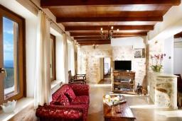 Гостиная. Греция, Превели : Прекрасная вилла с бассейном и двориком с барбекю, 2 спальни, 2 ванные комнаты, парковка, Wi-Fi