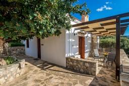 Фасад дома. Греция, Коккино Хорио : Вилла в комплексе с большим общим бассейном, 1 спальня, барбекю, парковка, Wi-Fi
