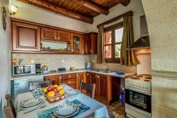 Кухня. Греция, Коккино Хорио : Вилла в комплексе с большим общим бассейном, 1 спальня, барбекю, парковка, Wi-Fi