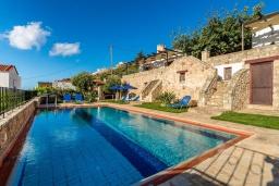 Бассейн. Греция, Коккино Хорио : Вилла в комплексе с большим общим бассейном, 1 спальня, барбекю, парковка, Wi-Fi