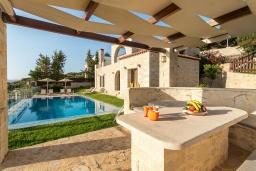 Территория. Греция, Коккино Хорио : Роскошная вилла с бассейном, зелены двориком, барбекю и видом на море, 3 спальни, 3 ванные комнаты, парковка, Wi-Fi