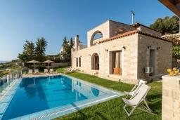 Фасад дома. Греция, Коккино Хорио : Роскошная вилла с бассейном, зелены двориком, барбекю и видом на море, 3 спальни, 3 ванные комнаты, парковка, Wi-Fi