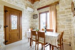 Обеденная зона. Греция, Коккино Хорио : Роскошная вилла с бассейном, зелены двориком, барбекю и видом на море, 3 спальни, 3 ванные комнаты, парковка, Wi-Fi