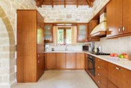Кухня. Греция, Коккино Хорио : Роскошная вилла с бассейном, зелены двориком, барбекю и видом на море, 3 спальни, 3 ванные комнаты, парковка, Wi-Fi