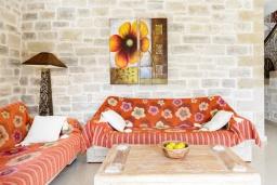 Гостиная. Греция, Коккино Хорио : Роскошная вилла с бассейном, зелены двориком, барбекю и видом на море, 3 спальни, 3 ванные комнаты, парковка, Wi-Fi