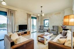 Гостиная. Греция, Коккино Хорио : Роскошная вилла с бассейном и видом на море, 2 гостиные, 4 спальни, 5 ванных комнат, барбекю, парковка, Wi-Fi