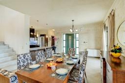 Обеденная зона. Греция, Коккино Хорио : Роскошная вилла с бассейном и видом на море, 2 гостиные, 4 спальни, 5 ванных комнат, барбекю, парковка, Wi-Fi