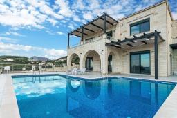 Фасад дома. Греция, Коккино Хорио : Роскошная вилла с бассейном и видом на море, 2 гостиные, 4 спальни, 5 ванных комнат, барбекю, парковка, Wi-Fi